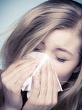 Allergie de grippe. Fille malade éternuant dans le tissu. Santé Images stock