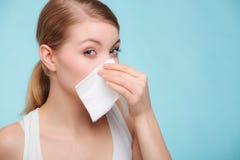 Allergie de grippe Fille malade éternuant dans le tissu santé Photo stock
