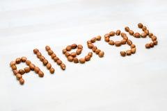 Allergie met pinda's wordt geschreven die Word en tekst van noten wordt gemaakt die Stock Afbeelding