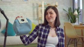 Allergie voor stof van een stofzuiger stock videobeelden