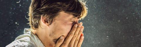 Allergie, zum des Niesens eines Mannes abzuwischen, weil er allergisch ist, Staubfliegen in der Luft abzuwischen, die durch helle stockfoto