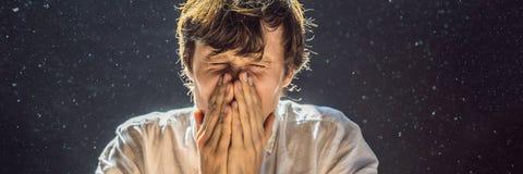 Allergie, zum des Niesens eines Mannes abzuwischen, weil er allergisch ist, Staubfliegen in der Luft abzuwischen, die durch helle lizenzfreies stockfoto