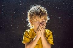 Allergie zum Staub Jungenniesen, weil er allergisch ist, Staubfliegen in der Luft abzuwischen, die durch helle FAHNE hintergrundb lizenzfreies stockfoto