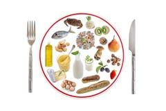 Allergielebensmittelkonzept Verschiedene allergienherbeiführende Arten des Lebensmittels bereiten an Platte mit Messer und Gabel  stockbild