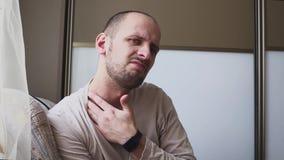 Allergien zum Hals und zu den Schultern Mann mit Psoriasis berührt seine trockene, juckende und schuppige Haut auf Hals stock video