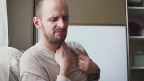 Allergien zum Hals und zu den Schultern Mann mit Psoriasis berührt seine trockene, juckende und schuppige Haut auf Hals stock footage
