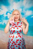 Allergiepersoon die met lopende neus een zakdoek houden de jonge Kaukasische vrouw in de zomerkleding is ziek stock foto