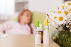 Allergiezeitkonzept mit undeutlicher Person im Hintergrund und im medi Stockfotos