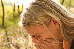 Allergikvinnan nyser Royaltyfri Fotografi