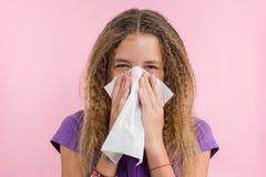 Allergisch Rhinitis op een de zomervakantie in een tiener` s reis stock afbeeldingen