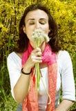 Allergische Frau mit Löwenzahn in einem Garten mit YE Lizenzfreie Stockbilder