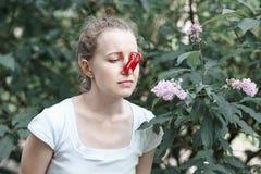 allergy A mulher espremeu seu nariz com m?o, de modo a para n?o espirrar do p?len das flores Mulher que protege seu nariz de foto de stock royalty free