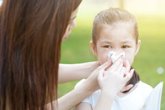 allergy Nariz de sopro da menina fotografia de stock royalty free
