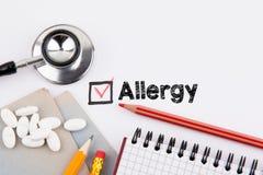 allergy Questionário com cruz vermelha no Livro Branco fotografia de stock