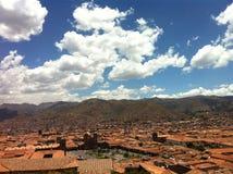 Allerta accanto alla chiesa di San Cristobal in Cusco Immagini Stock