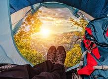 Allerta della tenda su un tramonto in montagne Fotografia Stock