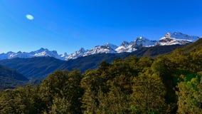 Allerta della valle di Hollyford che offre una vista scenica delle montagne della neve nel parco nazionale di Fiordland Immagine Stock Libera da Diritti
