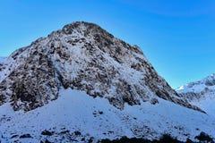 Allerta della valle di Hollyford che offre una vista scenica delle montagne della neve in Nuova Zelanda Fotografia Stock