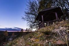 Allerta di legno sopra la città al tramonto Fotografie Stock