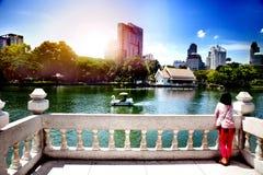 Allerta nel parco di Lumpini a Bangkok, Tailandia La gente che gode della natura Fotografie Stock