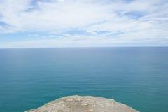 Allerta sopra l'oceano dal bordo della piattaforma della roccia Immagine Stock Libera da Diritti