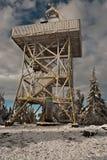 Allerta sulla collina di Barania Gora in montagne di Beskid Slaski nell'inverno Fotografie Stock Libere da Diritti