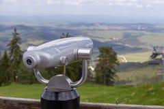 Allerta turistica pubblica del binocolo sulla cima Fotografie Stock Libere da Diritti