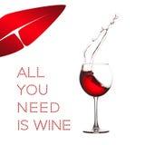 Alles, das Sie benötigen, ist Weinkonzeptbild Rote Getränkspritzenlippen formen auf weißen Hintergrund Makroansicht, die Kristall Stockfotografie