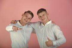 Alles is fijn Modellen die op roze achtergrond glimlachen royalty-vrije stock foto's