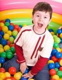 Alles Gute zum Geburtstag des Jungen in den Farbenkugeln. Lizenzfreie Stockbilder