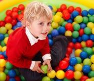 Alles Gute zum Geburtstag des Jungen in den Farbenkugeln. stockbilder