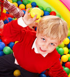 Alles Gute zum Geburtstag des Jungen in den Gruppenfarbenkugeln. Lizenzfreies Stockfoto