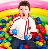 Alles Gute zum Geburtstag des kleinen Jungen in den Kugeln. Lizenzfreies Stockfoto