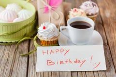 Alles Gute zum Geburtstag des Tasse Kaffees und der Mitteilung Lizenzfreie Stockfotografie