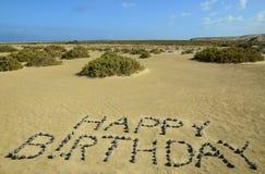 Alles Gute zum Geburtstag geschrieben mit Steinen Lizenzfreie Stockfotos