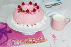 Alles Gute zum Geburtstag Gugelhupf-Kuchen mit rosa buttercream und raspberr Stockfoto
