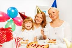 Alles Gute zum Geburtstag mit Mutter und Oma des kleinen Mädchens Lizenzfreies Stockfoto