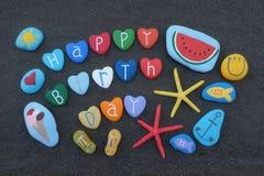 Alles Gute zum Geburtstag mit Steinen entwerfen über schwarzem vulkanischem Sand Stockfoto