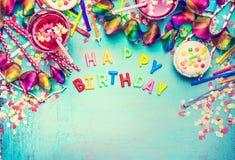 Alles Gute zum Geburtstag, Parteiwerkzeuge und Dekoration, trinkt auf schäbigem schickem Hintergrund des Türkises, Draufsichtplat Lizenzfreies Stockbild