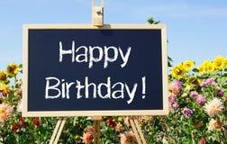 Alles Gute zum Geburtstag - Tafel mit Text im Garten stockbilder