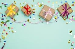 Alles Gute zum Geburtstag und Geschenkbox auf Farbhintergrund stockfoto