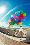 Alles- Gute zum Geburtstagfrau gegen den Himmel mit Regenbogen-farbigem Luftba Stockbild