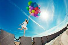 Alles- Gute zum Geburtstagfrau gegen den Himmel mit Regenbogen-farbigem Luftba Lizenzfreies Stockbild