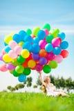 Alles- Gute zum Geburtstagfrau gegen den Himmel mit Regenbogen-farbigem Luftba Lizenzfreie Stockbilder