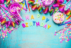 Alles- Gute zum Geburtstaghintergrund mit Buchstaben, Kuchen, Getränken und rosa festlicher Dekoration auf schäbigem schickem höl Lizenzfreie Stockfotografie