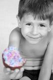 Alles Gute zum Geburtstagjunge, der mit kleinem Kuchen lächelt Lizenzfreie Stockfotografie