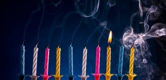 Alles- Gute zum Geburtstagkerzen über Blau Stockfotos