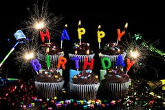 Alles- Gute zum Geburtstagkleine kuchen mit Wunderkerzen stockbild