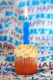 Alles Gute zum Geburtstagkleiner kuchen mit blauer gewellter Kerze Stockfoto