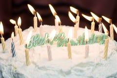Alles Gute zum Geburtstagkuchen mit Kerzen. Stockbild